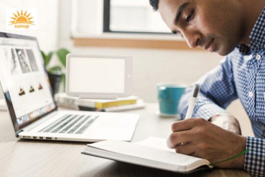 Ljusterapi framför dator och bok