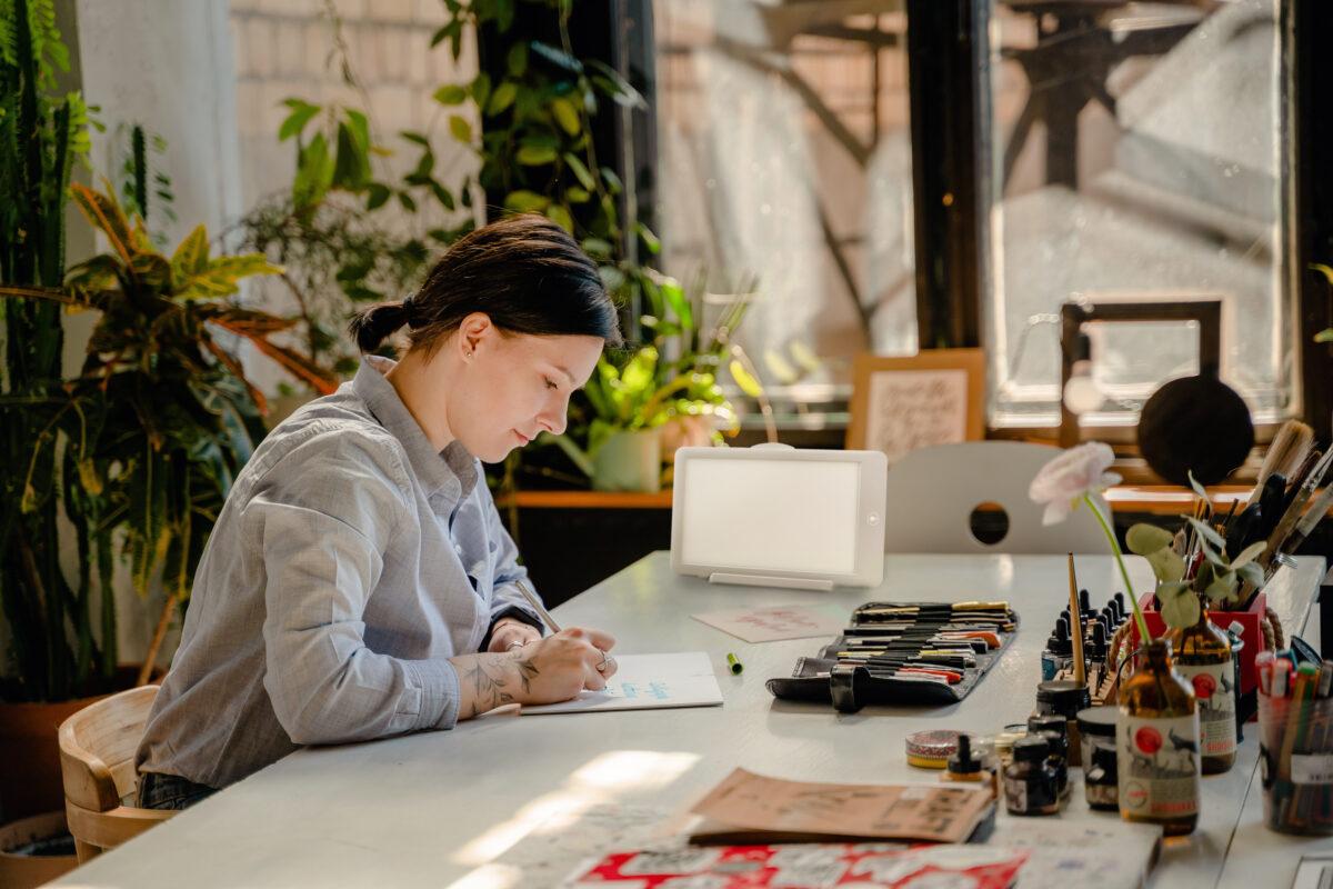 ljusbehandling-kvinna-skriver-sunup-1200x800.jpg