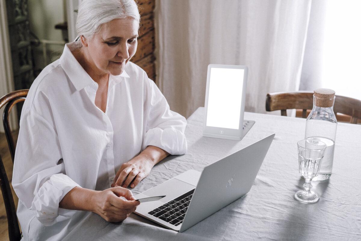 ljusterapi-pensionar-ljusbehandling-med-sunup-1200x800.jpg